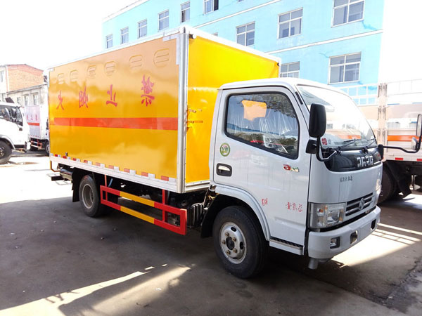 多利卡4.1米(3.4吨)腐蚀品厢式车